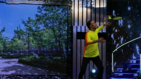 حرکات نمایشی با توپ بدمینتون در برنامه عصر جدید