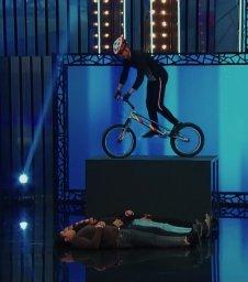 حرکات نمایشی با دوچرخه تریال در برنامه عصر جدید