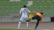 برخورد ناخواسته بازیکن الهلال با کمک داور
