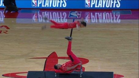حرکت فوق العاده ژیمناستیک در حاشیه مسابقات NBA