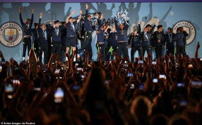 جشن قهرمانی سیتی با هواداران در منچستر(عکس)