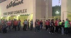 هواداران سپیدرود جلوی در استادیوم آزادی