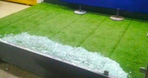 لحظه شکستن شیشه میکسدزون ورزشگاه آزادی