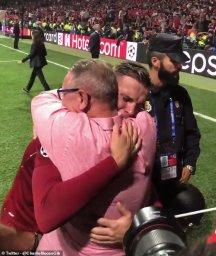 جشن قهرمانی احساسی کاپیتان در آغوش پدر (عکس)