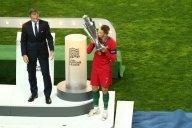 لحظه بالابردن جام قهرمانی لیگ ملتهای اروپا توسط رونالدو