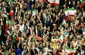بانوان تماشاگران لیگ ملتهای والیبال در ورزشگاه
