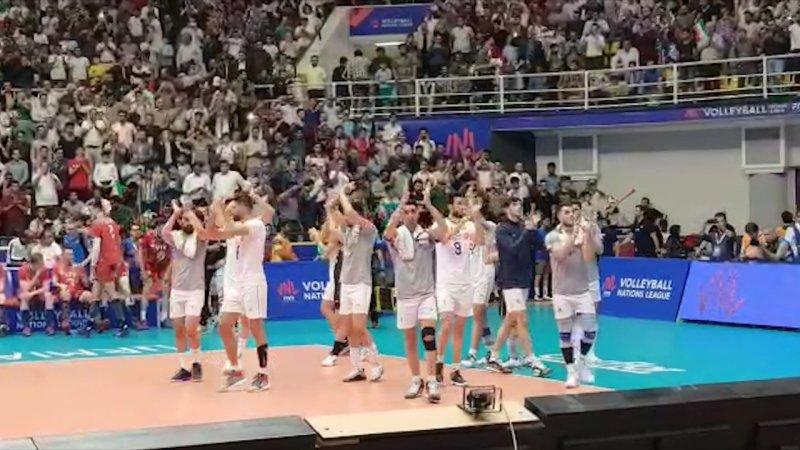ورود تیم والیبال ایران در میان تشویق هواداران
