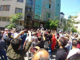 اعتراض هواداران پرسپولیس در میدان پیروزان