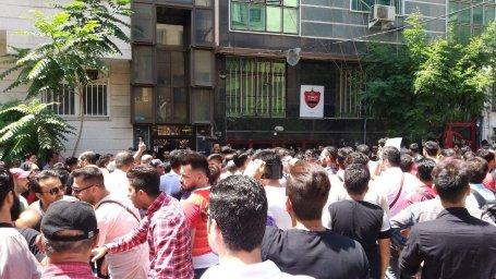 تجمع هواداران پرسپولیس مقابل باشگاه به نشانه اعتراض