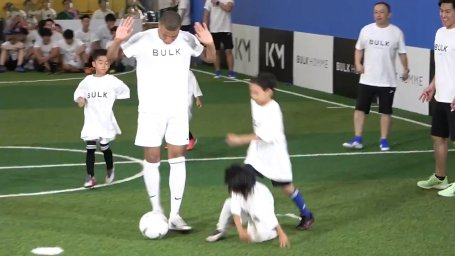 حضور کیلیان امباپه در مدرسه فوتبال کودکان ژاپنی