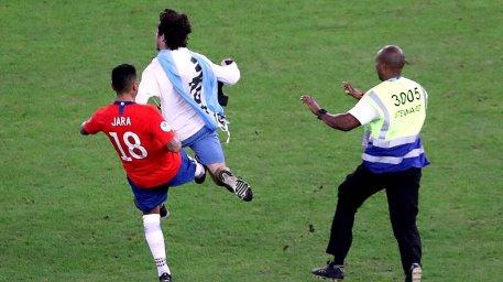 متوقف کردن جیمی جامپ با لگد توسط بازیکن شیلی!