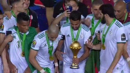 لحظه بالا بردن جام قهرمانی آفریقا توسط تیم ملی الجزایر