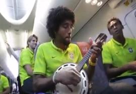 خوشحالی بازیکنان برزیل در هواپیما