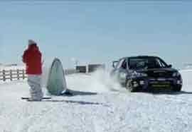 حرکات نمایشی ماشین و اسکیت روی برف