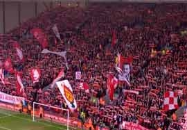 تشویق و سرود هواداران لیورپول قبل از بازی با منچستریونایتد