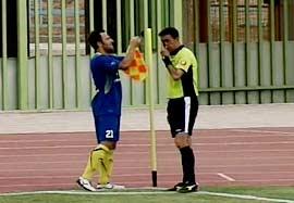 درگیری بازیکن آلومینیوم با پرچم کرنر در بازی با مس کرمان