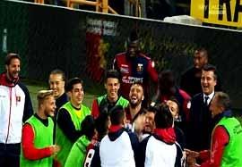 خوشحالی تیم جنوا بعد پیروزی مقابل اینترمیلان