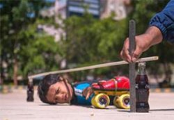 رکورد شکنی کودک 7 ساله در اسکیت سواری