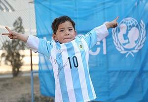 پیراهن امضا شده مسی بر تن کودک افغانستانی