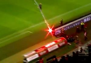 پرتاب مواد آتش زا به سمت نیمکت هانوفر در بازی با وولفسبورگ