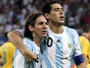 مسی با پیراهن بوکاجونیورز در بازی خداحافظی ریکلمه