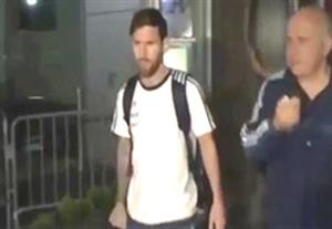 فریاد هواداران مسی هنگام خروجش از هتل