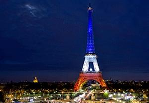 نورپردازی پرچم فرانسه روی برج ایفل پس از راهیابی به فینال یورو