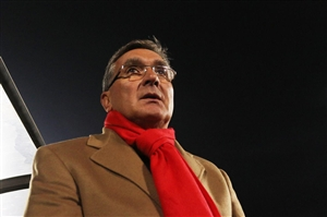 برانکو با شال قرمز در نشست مطبوعاتی