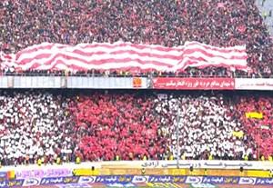 طرح موزائیکی و پرچم بزرگ هواداران پرسپولیس و استقلال