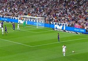 دستمال های سفید هواداران رئال برای اعتراض به داوری بازی رفت ال کلاسیکو