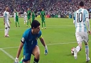 مقایسه مسی و رونالدو در لایی زدن به دروازه بانان