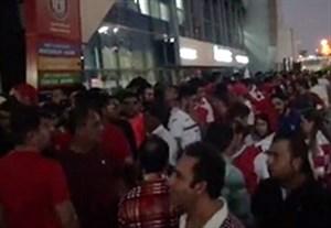 ازدحام هواداران معترض پرسپولیس پشت در ورزشگاه بن زاید