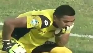 مرگ دروازبان اسطوره ای فوتبال اندونزی در جریان بازی (چویرول هودا)