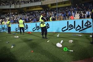 حمله سکوها به بازیکنان استقلال بعد از شکست