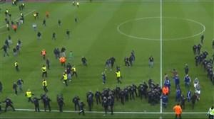 هجوم هواداران سنت اتین به زمین در بازی با لیون