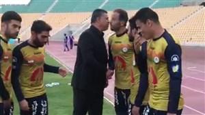 خوش وبش بازیکنان نفت با علی دایی بین دو نیمه بازی