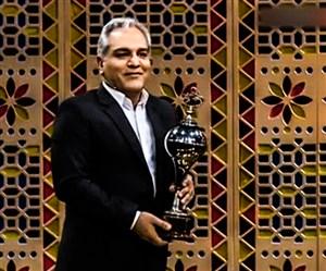 اهدای جام آقای گلی به زلزله زدگان توسط فرشاد پیوس