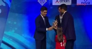 لحظه معرفی مسعود شجاعی که در تیم منتخب فصل سوپرلیگ یونان قرار گرفت