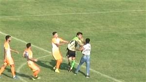 درگیری عجیب تماشاگر با دروازه بان و بازیکنان در لیگ دسته 2