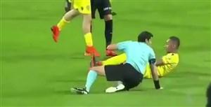 تکل بازیکن الوصل روی پای داور