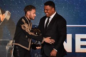 مراسم اهدای جایزه بهترین بازیکن لوشامپیونه به  نیمار
