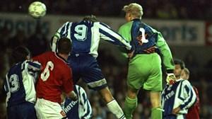 گلزنی پیتر اشمایکل با ضربهسر برای منچستریونایتد در سال 1995