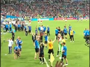 تقسیم شادی بازیکنان کرواسی از برد روسیه با هواداران