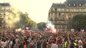 شادی هواداران فرانسه پس از گل اول و غلبه بر بلژیک
