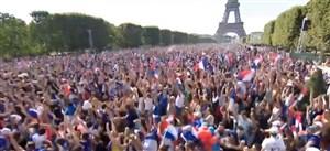 شادی فرانسوی ها بعد از گل اول به کرواسی کنار برج ایفل