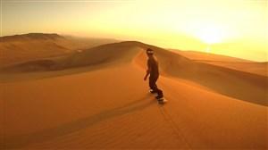 صحنه های زیبا از اسکی روی شن در صحرا