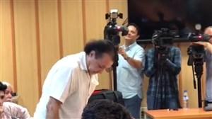 لحظه جالب تشکر یک خبرنگار از شفر در کنفرانس خبری