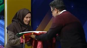 اهدای پرچم ایران به رسم یادبود به گلاره ناظمی