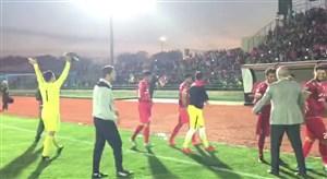 جشن بازیکنان تراکتور با هواداران بعد از پیروزی مقابل پیکان