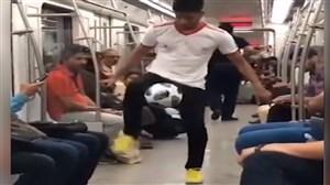 حرکات تکنیکی قهرمان فوتبال نمایشی در مترو